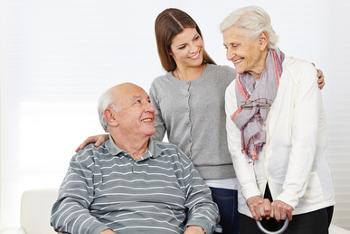 Glückliche Familie mit zwei Senioren zu Hause